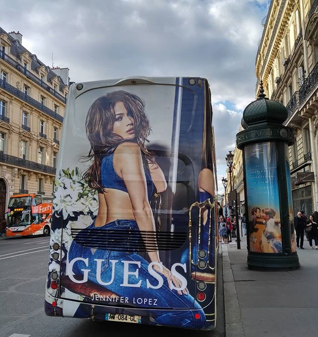 Voilà certainement pourquoi tout le monde préfère monter à l'arrière du bus 😇..........#banner #billboard #poster #publicite #ad #igersfrance #igworldclub #beautifuldestinations #travelawesome #awesome_earthpix #worldplaces #igmasters #ig_masterpiece #tasteintravel #deluxefx #guardiancities #ig_europe #guardiantravelsnaps #forbestravelguide #ig_france #passionpassport #thisisparis #world_shotz #igglobalclub #huffpostgram #france_vacations #VuALaPub #publicité