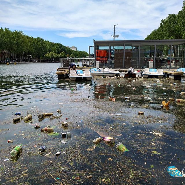Ici, c'est Paris .........#nature #naturephotography #beautifuldestinations #places_wow #natural #party #river #riverside #boats #dirty #waste #garbage #thisisparis #parisjetaime #nicolashulot #parisplages #parisplage #playa #ocean #travel #tourism #tourisme #propreté