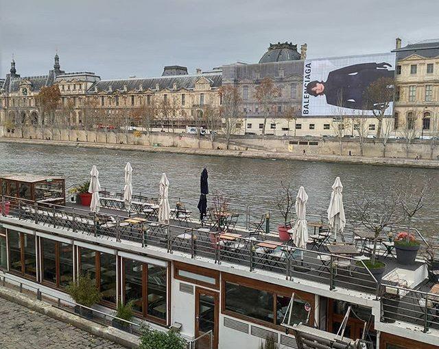 Trop grande pour rentrer dans le Louvre Too big to fit in the Louvre