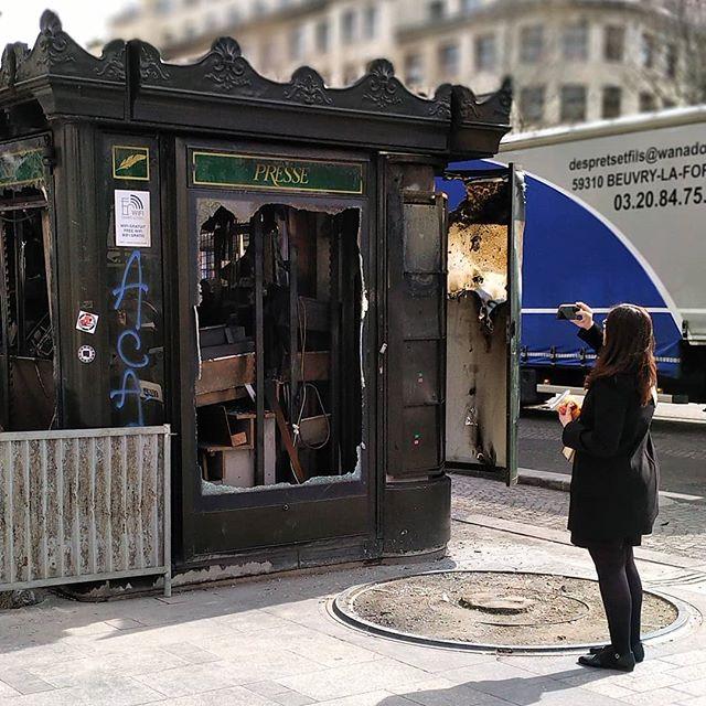 Les premiers à se lamenter sur les kiosques brûlés sont les derniers à acheter la presse papier !